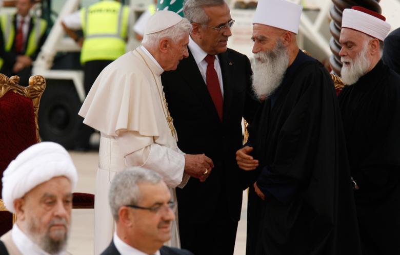 El Papa junto al presidente libanés Sleiman, saludando a líderes religiosos drusos y musulmanes