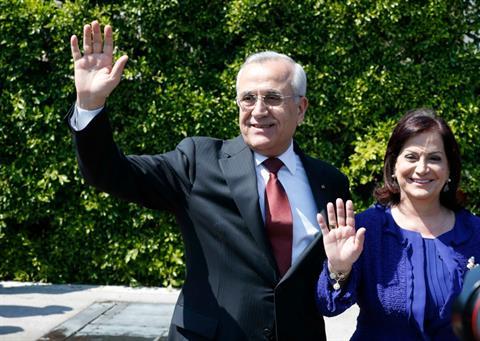 El presidente libanés Sleiman y su esposa Wafaa se despidieron hoy de los periodistas acreditados en el Palacio de Baabda y del personal de servicio. El lunes tendrían que abandonar la residencia.