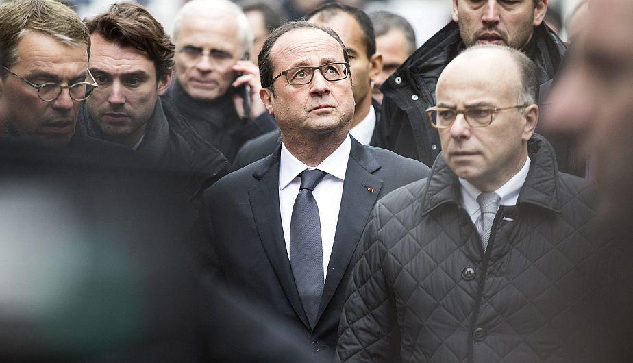 """El presidente francés Hollande llega a la sede del semanario """"Charlie Hebdo"""" después de los atentados"""