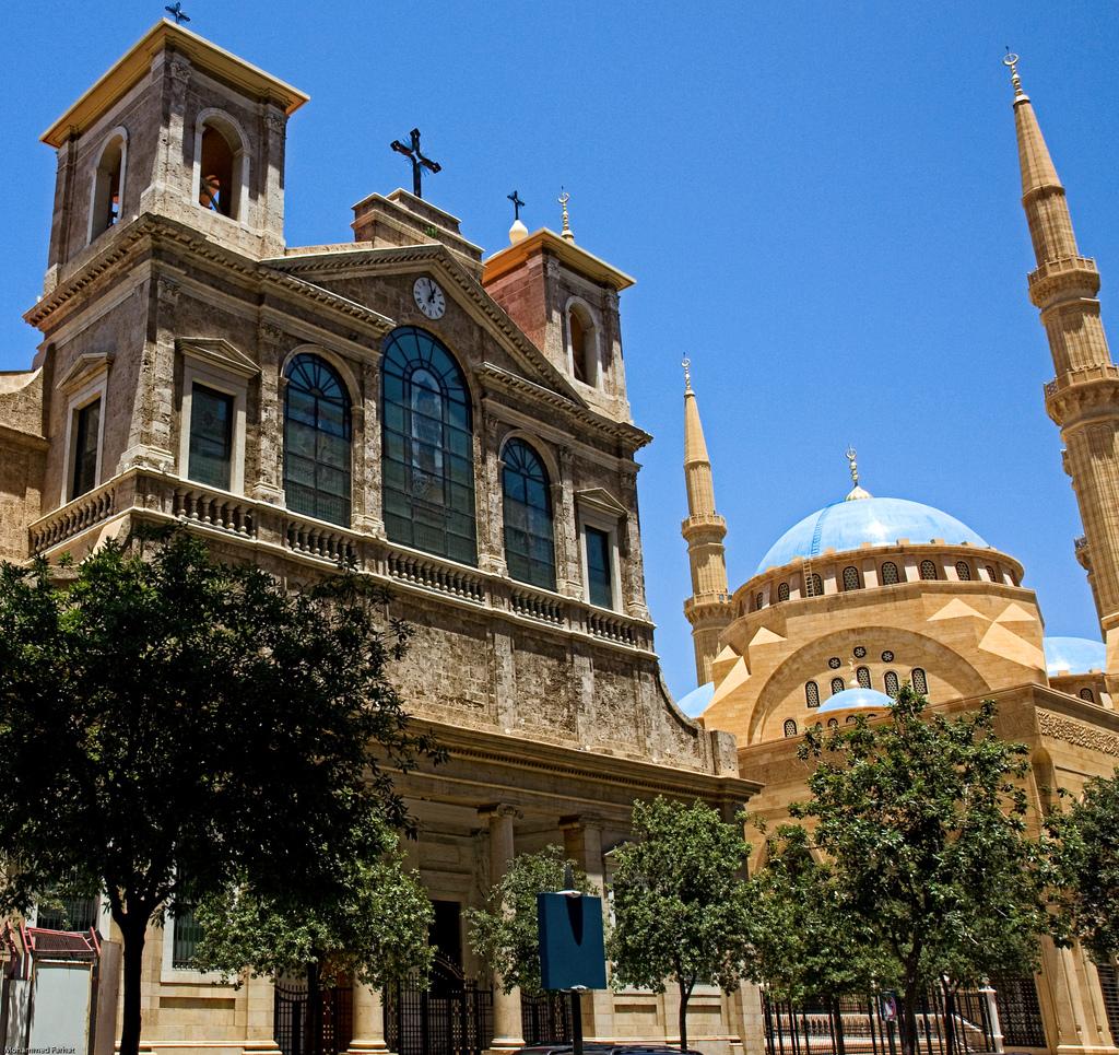 La imponente mezquita Mohammad Al-Amin de fondo; en primer plano, la catedral católica de San Jorge. Ubicadas a escasos metros una de otra, refleja la diversidad religiosa del Estado Libanés (aamdispatch.org)